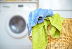 Wäsche vor Waschmaschine